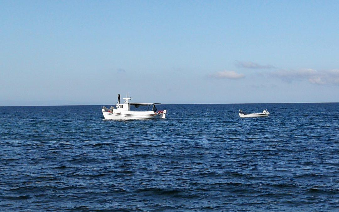 Łódka na morzu.