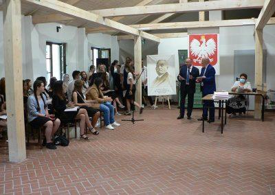Zdjęcie z zakończenia roku szkolnego 2020/21 Dyrektor wręcza nagrody uczniom.