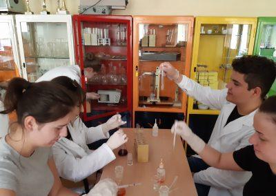 Koło chemiczne, uczniowie wykonują doświadczenia